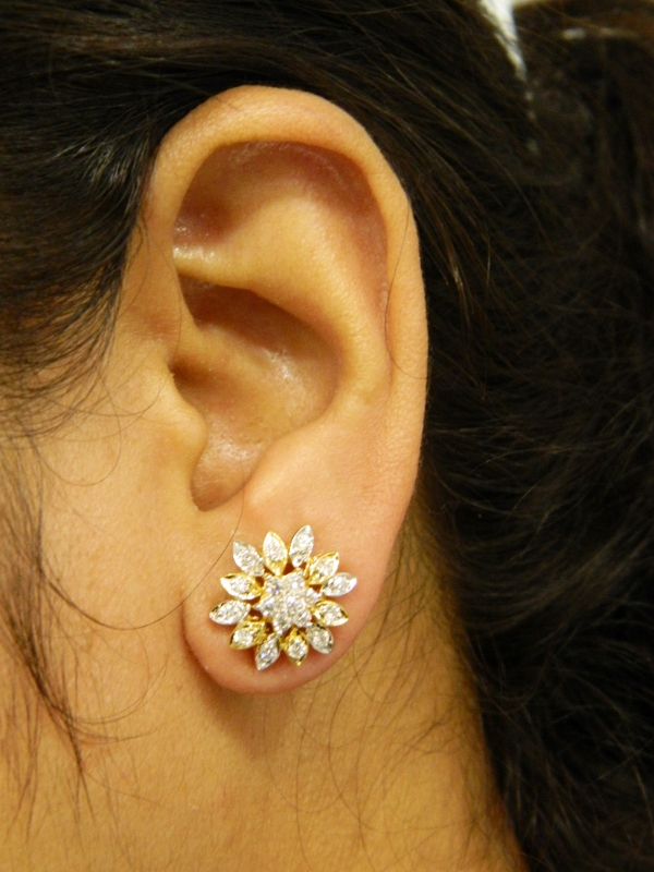 This Beautiful Indian 18kt Diamond Earring Consists Of Traditional Nakshatra Pattern 7 Stone Diamonds Enclosed In Fl